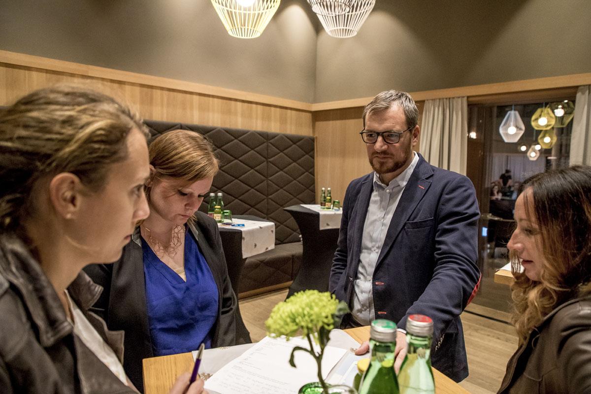 Die erste Arbeitsgruppe unter der Leitung von Daniel Egle: Jessica Holly, Verena Wieser und Carmen Albertini (v.l.n.r.).