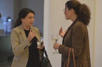 Die Gruppensprecherinnen Martina Gutschi (links) und Bettina Celedin diskutieren schon beim Empfang.