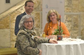 Die Vortragenden Maria Piribauer (links) und Gregor Huber (hinten) im Gespräch mit der Roche-Mitarbeiterin Claudia Bauernfried.
