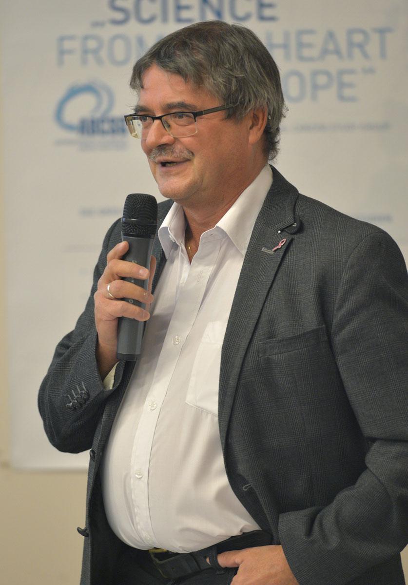 Viktor Wette begrüßt das Publikum.
