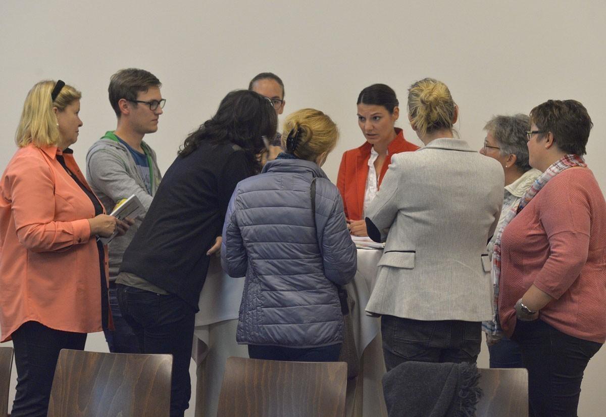 Die grüne Gruppe mit Sprecherin Kristin Kreuzer diskutiert sehr ernsthaft über mögliche Therapien.