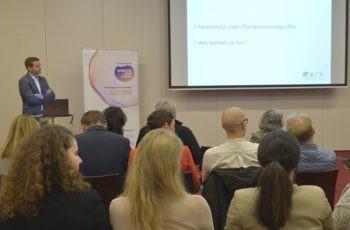 Mit optimalem Zeitmanagement präsentierte er seine Fragen dem Publikum.