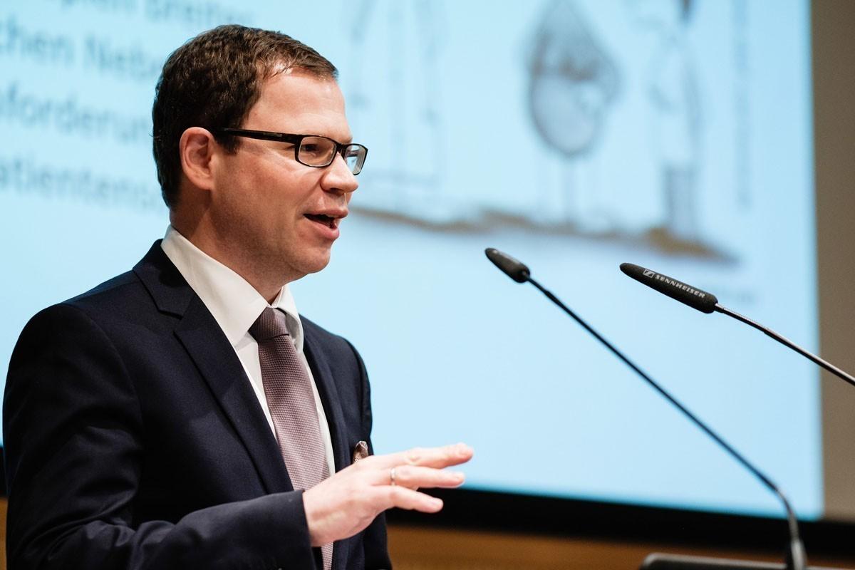 Rupert Bartsch sprach über das wichtige Thema Nebenwirkungsmanagement.