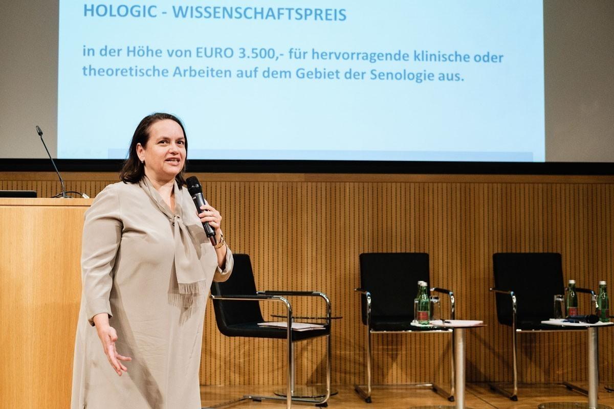 Alexandra Resch, Präsidentin der Österreichischen Gesellschaft für Senologie, stellt die beiden PreisträgerInnen des Hologic-Wissenschaftspreises vor.