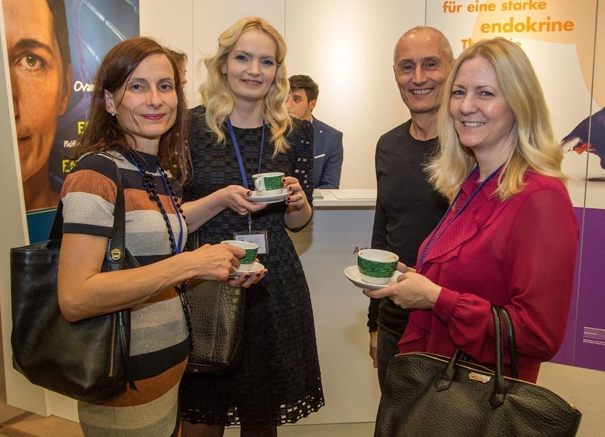 Netzwerken in den Kaffeepausen: Die Damen des Sponsors AstraZeneca im Gespräch mit abcsg.research-Leiter Martin Filipits.
