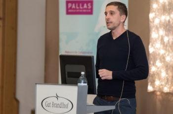 Simon Gampenrieder aus Salzburg referiert über Verlängerte adjuvante endokrine Therapie anhand einiger Studienbeispiele.