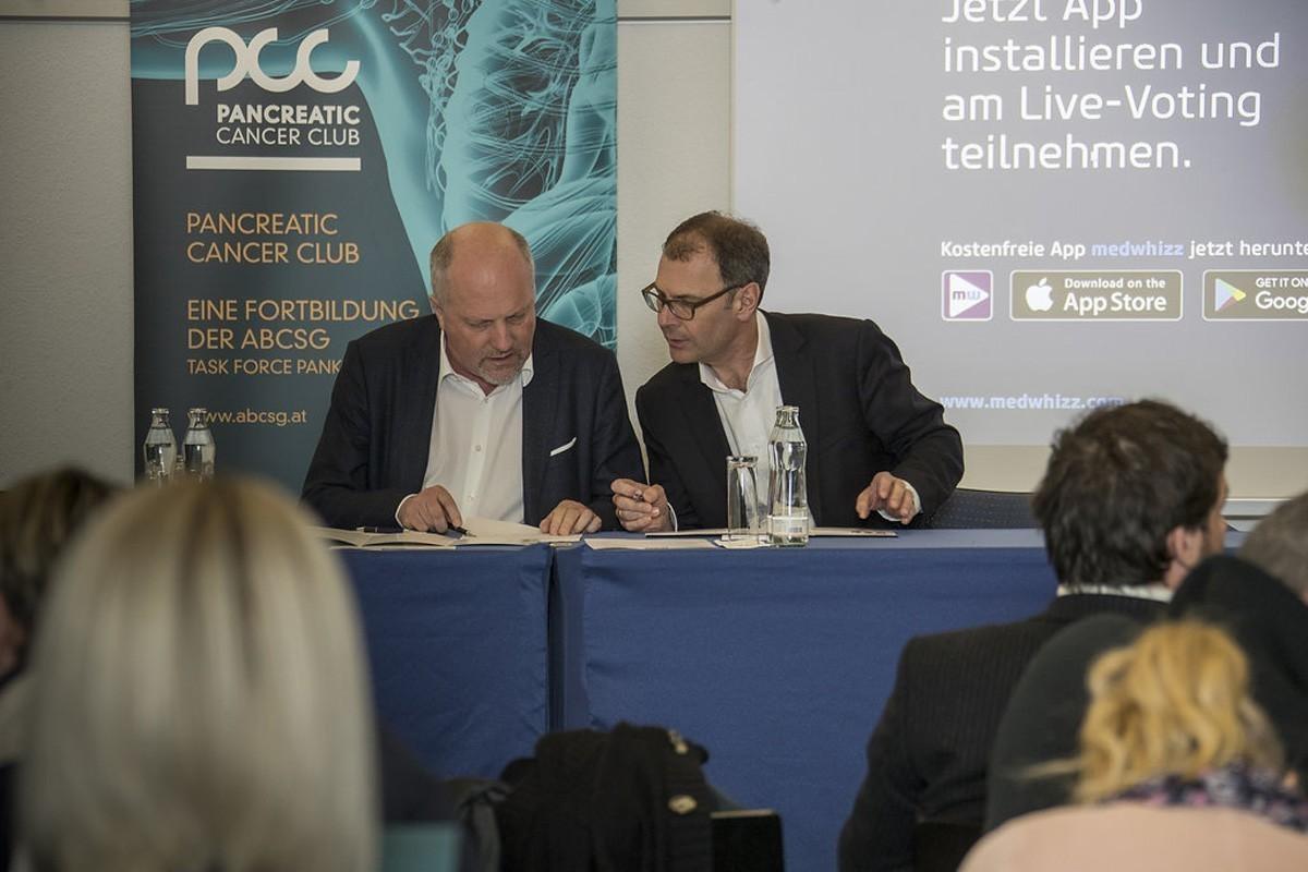 Vorsitz Martin Schindl verspätet sich, in der Zwischenzeit versuchen Dietmar Öfner-Velano (links) und Ewald Wöll die Programmänderungen zu überblicken.