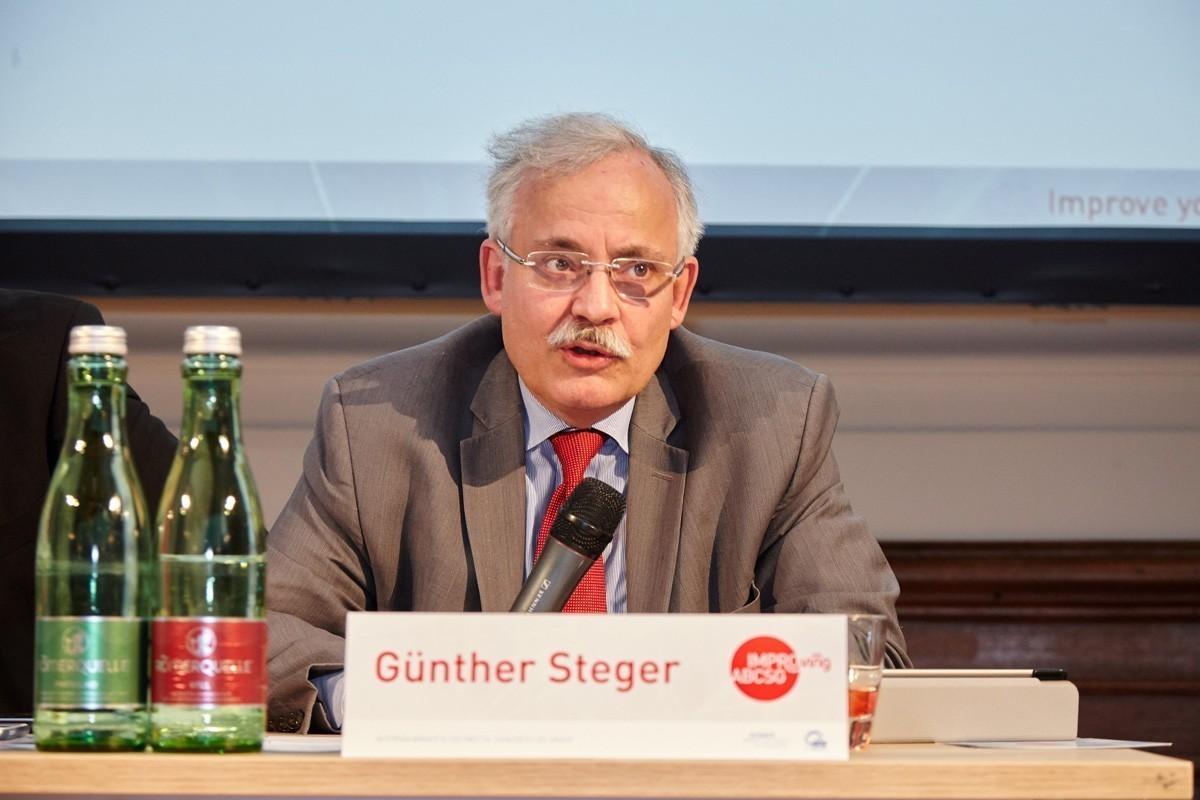 Während die Vorsitzenden die Publikumsdiskussion einleiten: Günther Steger.