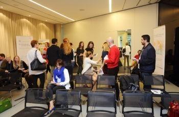 Das Publikum findet sich in die Arbeitsgruppen, um die gestellten Fragen zu diskutieren.