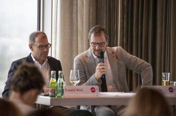 Daniel Egle (rechts) begrüßte die TeilnehmerInnen und erklärte den Ablauf.