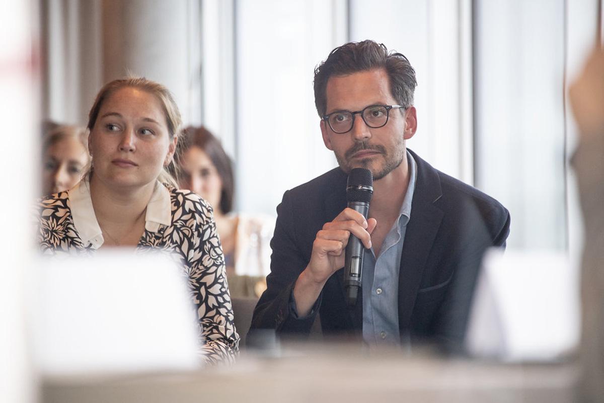 """Währenddessen im Saal: Diskussion mit Christoph Suppan über """"was wäre, wenn""""-Szenarien."""