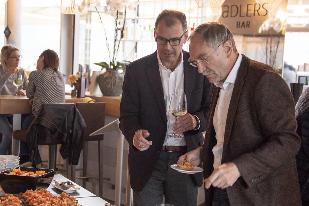 Prominenter Besuch: Peter Sandbichler (rechts) und Vorsitzender Ewald Wöll stärken sich noch rasch bevor es losgeht.