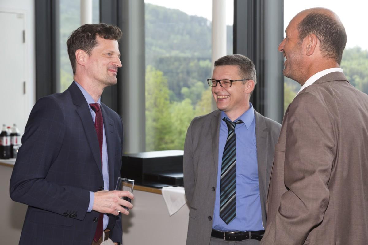 Holger Rumpold (links) im Gespräch mit Vertretern der Sponsorfirma Pfizer.