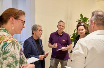 Die rote Arbeitsgruppe und der Leitung von Sabine Danzinger (ganz links) bei der Arbeit.