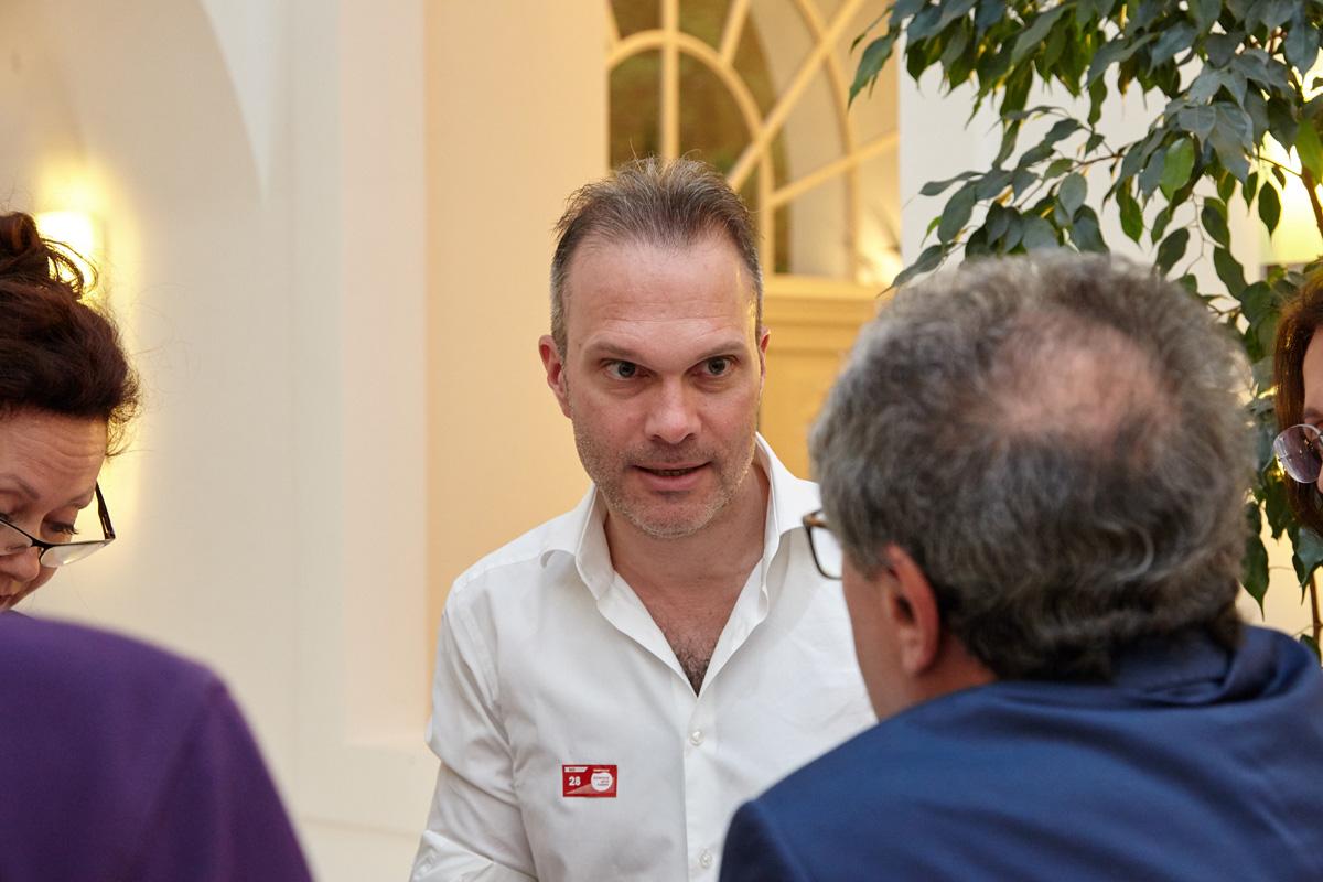 Hier gab es intensive Gespräche: Stefan Halper diskutiert mit Michael Stierer.