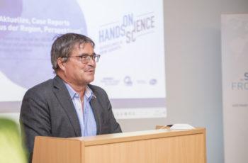 Viktor Wette, Vorsitzender und Moderator, begrüßt das Publikum.