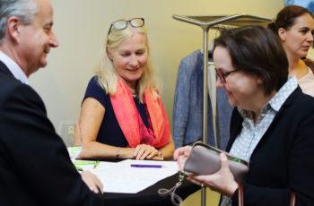 Bei der Registrierung war zwischendurch einiges los, aber ABCSG-Monitorin Annette Schug hatte alles im Griff.