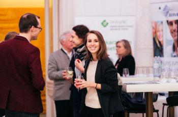 Mehr als 50 Personen waren im Vienna Ballhaus dabei, unter ihnen die junge Internistin Elisabeth Bergen.