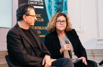 Carmen Döller (hier neben Reinhold Függer) brachte die radioonkologischen Aspekte in die Diskussion ein.
