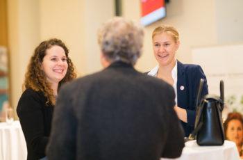 Blendende Laune beim Empfang: Andrea Meitz (links) und Daniela Hitzl von der Sponsorfirma Roche im Gespräch mit Ferdinand Haslbauer.
