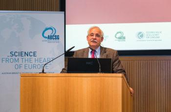 Günther Steger hieß im Namen der ABCSG die mehr als 100 TeilnehmerInnen willkommen.
