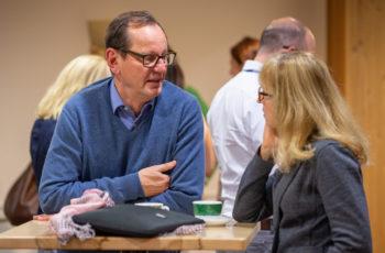 .. die sich gleichermaßen zum Netzwerken anbietet, hier Christoph Tausch und Irene Thiel, ..