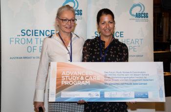 Alina Poglitsch konnte den Scheck persönlich in Empfang nehmen, die zweite Preisträgerin Michaela Urak war leider nicht in Saalfelden und erhält die Unterstützung nachgereicht.