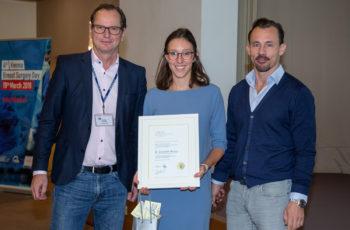 Elisabeth Reiser erhielt eine Hälfte des Grants und kann sich über EUR 12.500.- für ihr Forschungsprojekt freuen. Christoph Tausch (links) und Florian Fitzal freuen sich mit ihr.