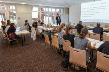 In diesem Jahr war das Interesse an den zeitgleich zur kolorektalen Session stattfindenden Workshops besonders groß: Hier gibt es eine Einführung zur genetischen Beratung in der Praxis.