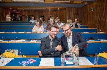 Langsam füllt sich der Hörsaal und die beiden Vortragenden Gabriel Rinnerthaler (links) und Daniel Egle füllen einander die Gläser.