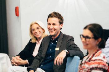 Die abschließende Publikumsdiskussion verlief in gelöster Stimmung: Stephanie Strobl (hinten) und Maximilian Marhold.
